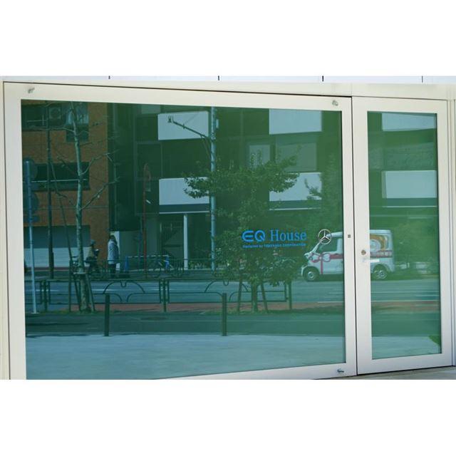 入り口のガラスは、通常は調光フィルムによって白く目隠しされているが、キーを持った人が近づくと透...