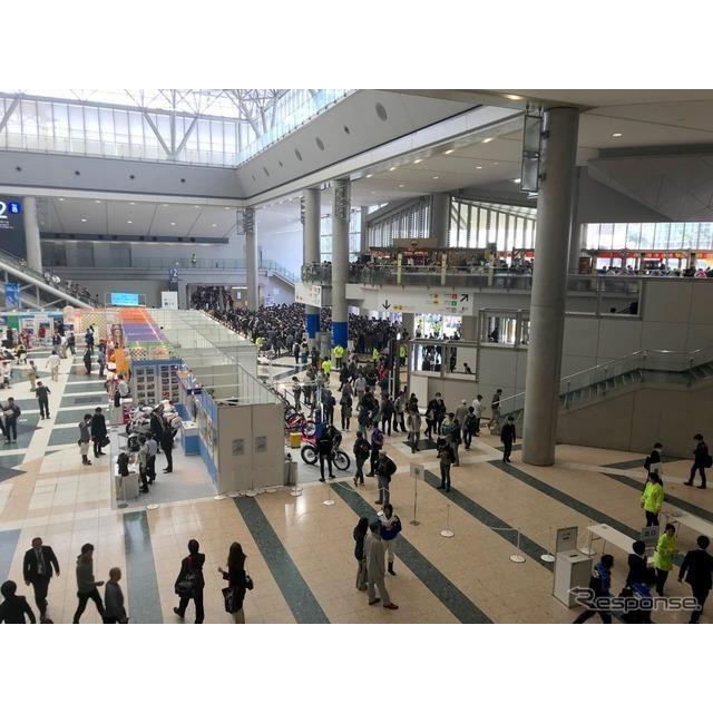 東京モーターサイクルショー2019初日、一般公開開場を待つ来場者