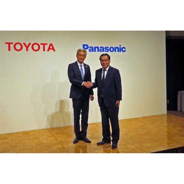 写真左からトヨタ自動車の白柳正義執行役員とパナソニックの北野 亮専務執行役員。