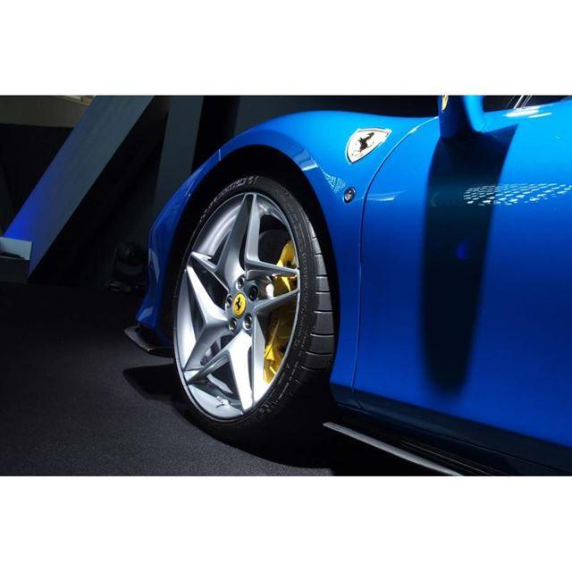 展示車両では、星形をモチーフとした10本スポークデザインのホイールに、前245/35ZR20、...