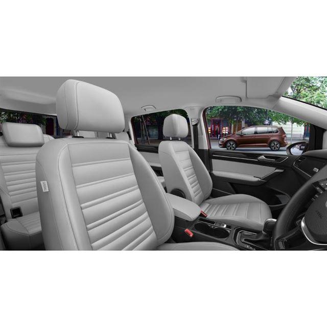 レザーシート(運転席は電動)が特別装備されたインテリア。