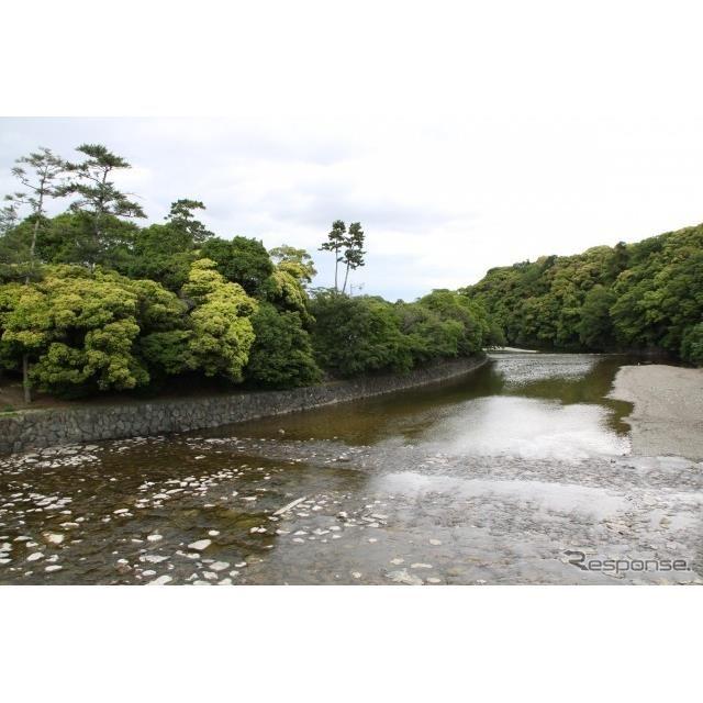 伊勢神宮内宮のそばを流れる五十鈴川