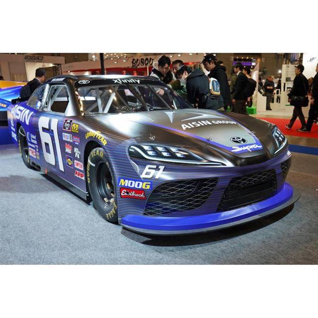 日本グッドイヤーブースに展示された、NASCARに参戦する「トヨタ・スープラ」。
