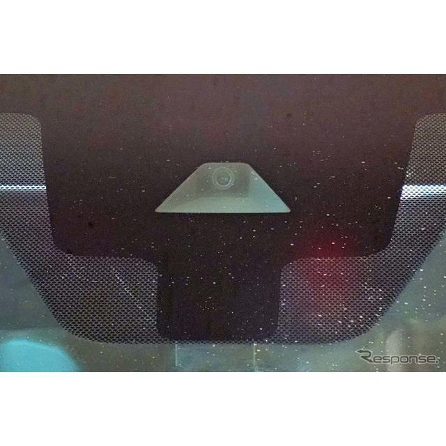 「プロパイロット」車線や車両の形状を認識する役割を果たす単眼カメラ