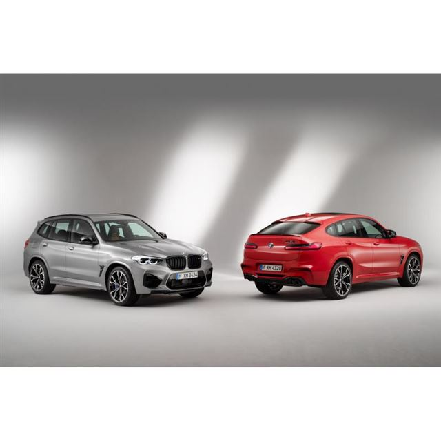 「BMW X3 M」(写真右)と「BMW X4 M」(写真左)。