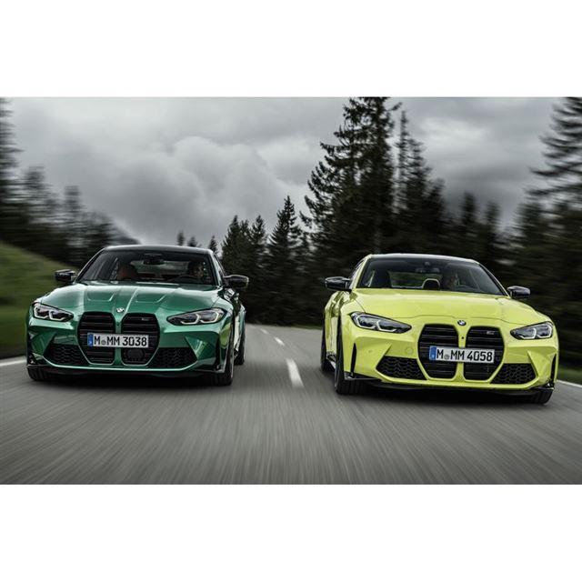 新型「BMW M3セダン」(写真右)と「M4クーペ」(同右)。