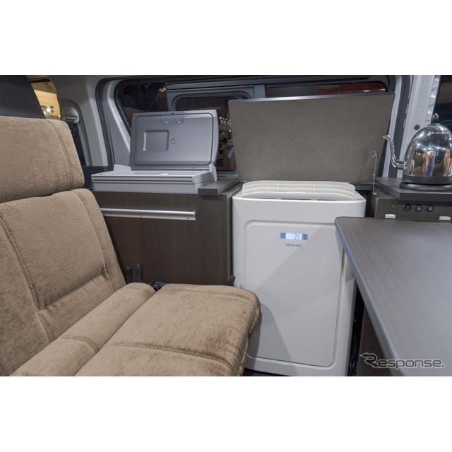 据え置き型のエアコンを装備。エンジン停止状態でも5時間以上エアコンを動作可能。