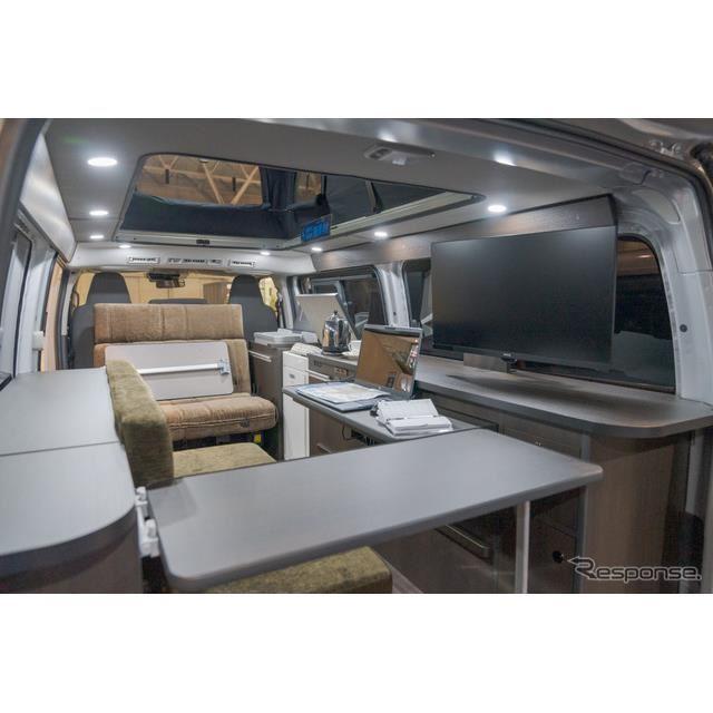 ハイエースの荷室の広さを利用して、大人2名がしっかりと仕事できるスペースが確保されている。