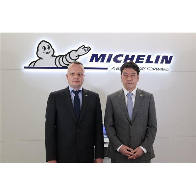 日本ミシュランタイヤ前社長のポール・ペリニオ氏(写真左)と、新社長の須藤 元氏(同右)。