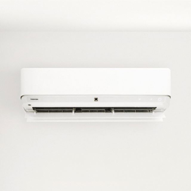東芝、「無風感」を空気清浄・暖房・除湿にも採用したルームエアコン