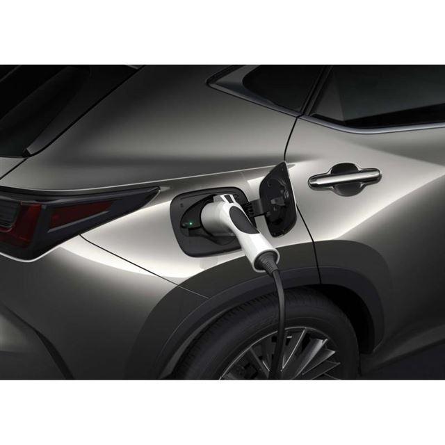 新型「NX」にはプラグインハイブリッド車がラインナップされる。写真はリアに設けられた給電口。