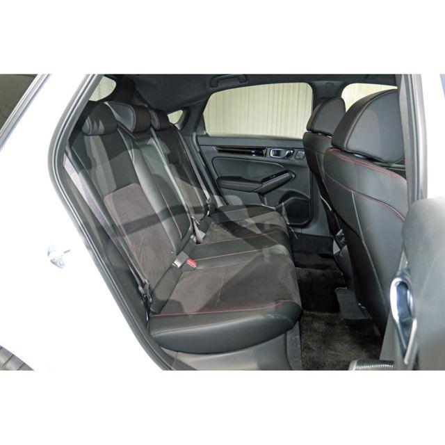 後席スペースは従来モデルよりゆとりを増している。