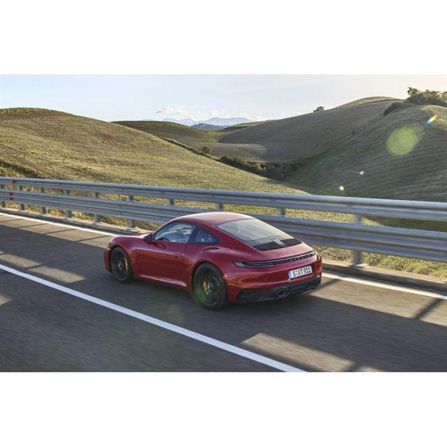 ブラックまたはダークカラーのエクステリアパーツが特徴となる「GTS」モデル。最高出力480PS...