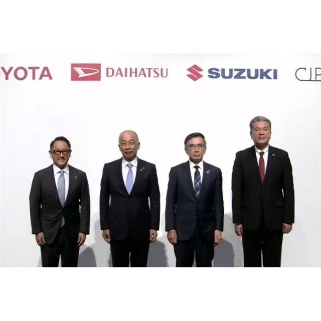 左から、トヨタ自動車の豊田章男社長、ダイハツ工業の奥平総一郎社長、スズキの鈴木俊宏社長、Com...