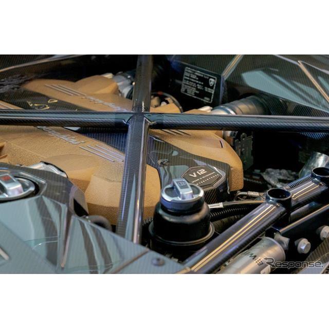 チタン製インテークバルブを採用し、最高出力は780hp (574kW)/8500rpmとアヴェンタドールシリーズで最高性能となっている。