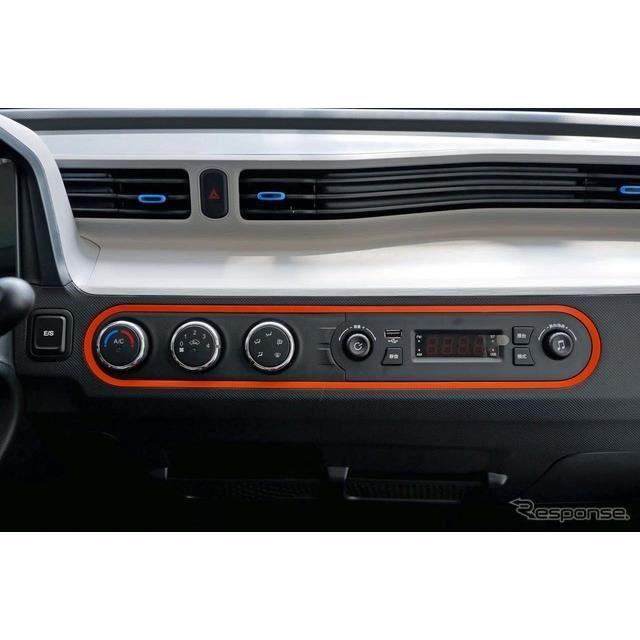 ダッシュボード中央にあるエアコンコントローラーとラジオ