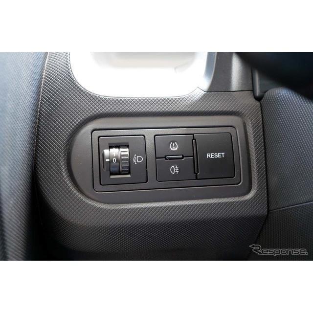 運転席左側にはヘッドライトの角度調節と、空気圧、リアフォグスイッチが備わる