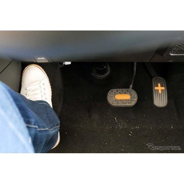 タイヤハウスの出っ張りが大きく、ペダル配置は助手席側に大きくシフトしている