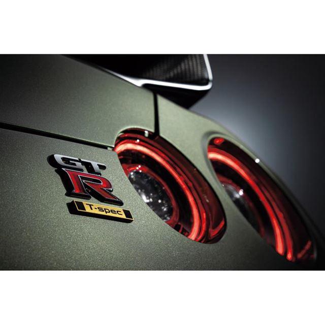 「GT-RプレミアムエディションT-spec」のエンブレム。写真のボディーカラーは新色の「ミレ...