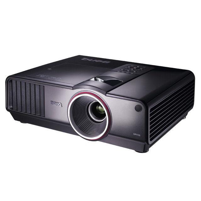[SP920] 輝度6000lm/コントラスト比2000:1のDLPプロジェクタ (XGA対応)。価格は498,000円(税込)