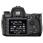 [α900] フルサイズCMOSセンサーやボディ内手ブレ補正機構を備えたデジタル一眼レフカメラ。市場想定価格は330,000円前後