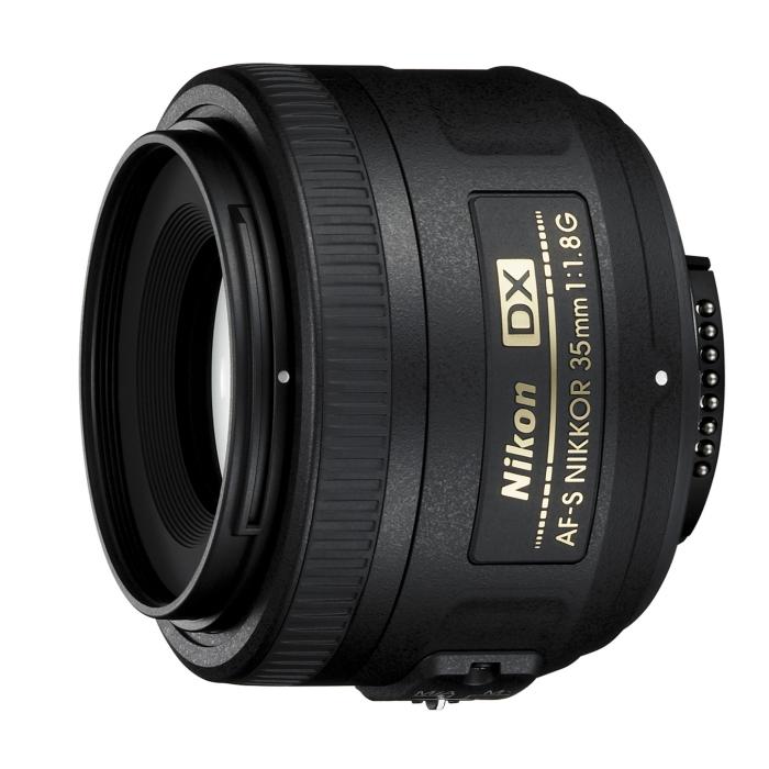 [AF-S DX NIKKOR 35mm f/1.8G] 35mm判換算で52.5mm相当の撮影が可能なDXフォーマット用標準単焦点レンズ (最短撮影距離0.30m)。価格は35,070円(税込)
