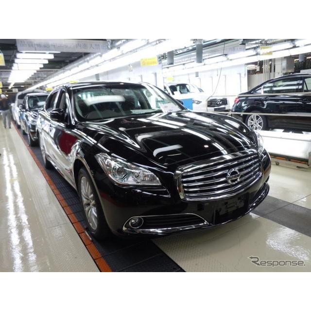 日産自動車が25日発表した新型『シーマ』には、同車を生産する栃木工場の工場長が自らサインした品質検査確...