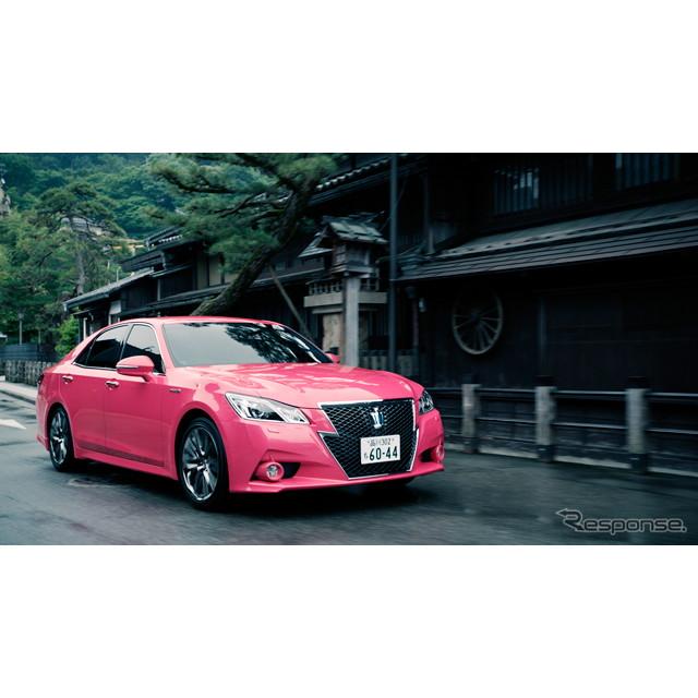 ピンクのトヨタ『クラウン』に乗った松嶋菜々子さんと、ビートたけしさんの共演によるテレビコマーシャルの...