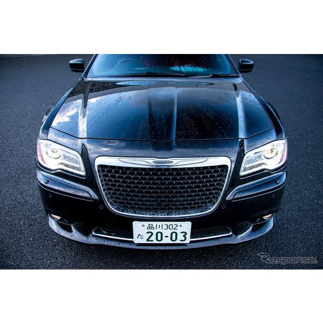 クライスラーのフラッグシップサルーン『300』のハイパフォーマンスモデル『300 SRT8』。国内では、右ハン...