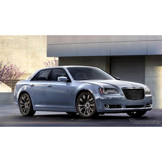 米国の自動車大手、クライスラーグループは11月15日、2014年モデルのクライスラー『300S』の概要を明らかに...