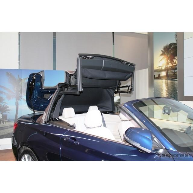 BMW『2シリーズカブリオレ』はフルオートのソフトトップを備えており、時速50km以下であれば、開閉が可能だ...