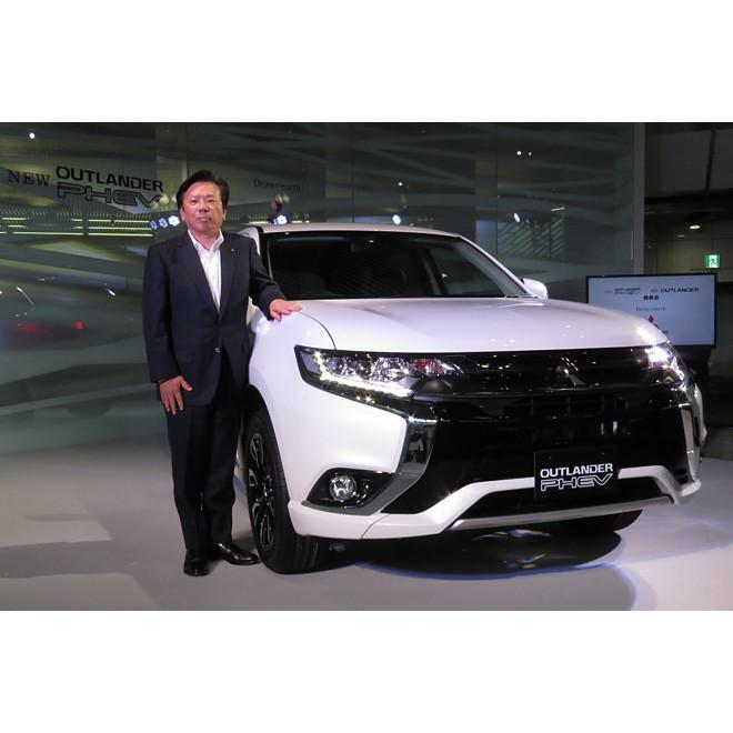 「三菱アウトランダーPHEV Gプレミアムパッケージ」と、三菱自動車の相川哲郎社長。