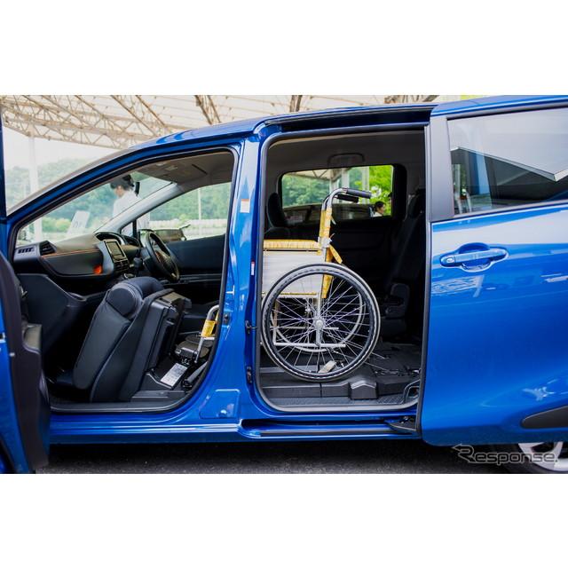 トヨタ自動車が7月9日に発表した新型『シエンタ』は、乗り込み高さ330mmの低床化とフラットフロアが大きな...