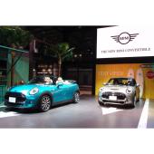 東京モーターショーのMINIブースに展示された2台の「MINIコンバーチブル」。