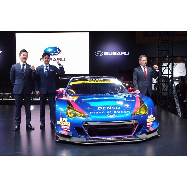 レーシングカー「スバルBRZ GT300 2016」を囲んでフォトセッションに臨む、(写真左から)ドライバーの山内英輝と井口卓人、そして辰己英治総監督。