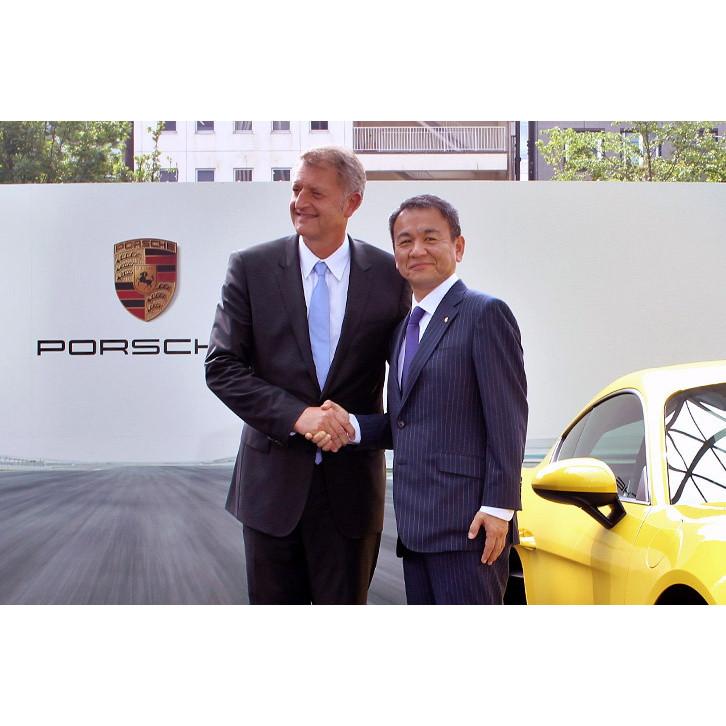 ポルシェ ジャパンの七五三木敏幸代表取締役社長(右)と、ポルシェAGセールス&マーケティング役員のデトレフ・フォン・プラーテン氏(左)。