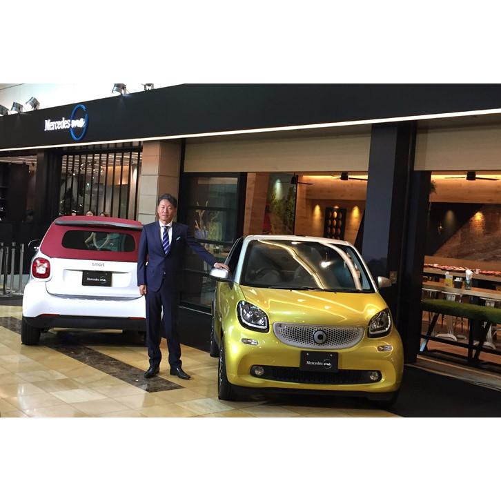 2台の「スマート・フォーツーカブリオ ターボ リミテッド」と、プレゼンテーションを行ったメルセデス・ベンツ日本の上野金太郎社長。