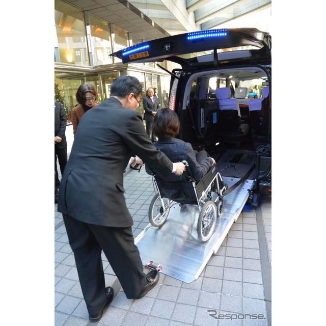 日産自動車は12月2日、東京都が環境性能に優れたユニバーサルデザイン(UD)タクシーとして初めて認定した...