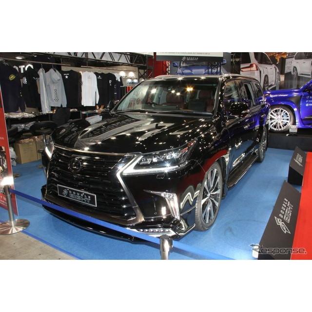 大型SUVのドレスアップやカスタマイズに強いGMGは2台のレクサス『LX570』を東京オートサロンに展示。1台は...