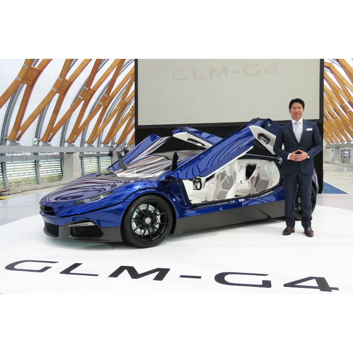 GLMの小間裕康代表取締役社長と「GLM G4」。