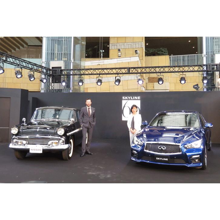 初代「プリンス・スカイライン」と現行型をベースとした記念モデル「60th limited」が置かれ、日産の星野朝子専務執行役員とともに、俳優の浅野忠信さんがイベントに華を添えた
