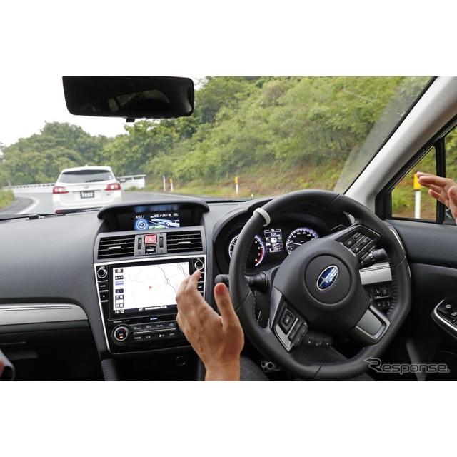アイサイトの新機能「ツーリングアシスト」を動作させて、先行車に追従して走行中