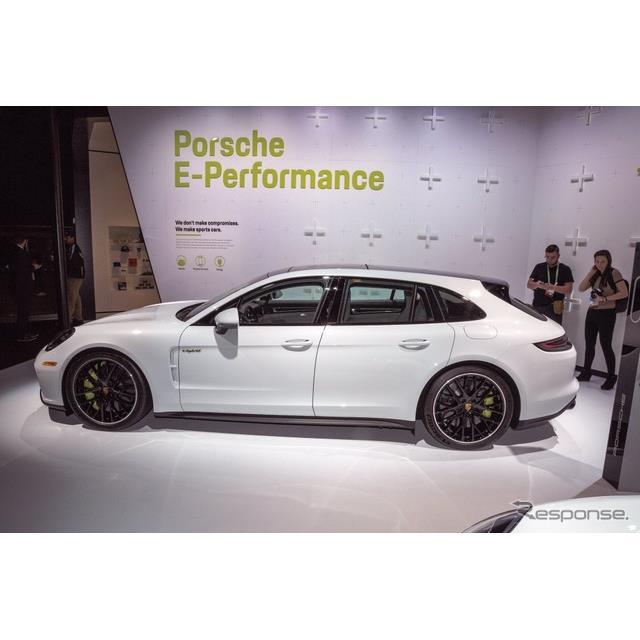 ポルシェは11月29日、米国で開幕したロサンゼルスモーターショー2017において、『パナメーラ ターボS・Eハ...