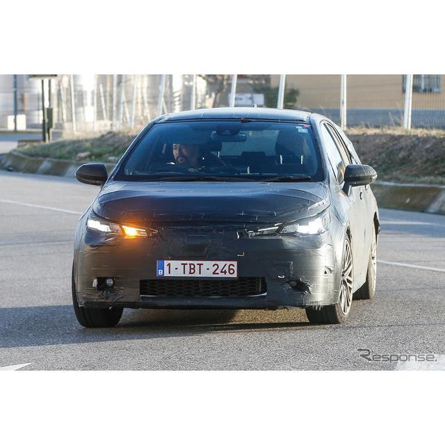 トヨタのコンパクトハッチバック『オーリス』後継モデルの姿を、スペイン北部で捉えた。前後バンパーが厳重...