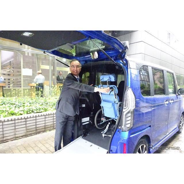 ホンダは4月19日、軽乗用車『N-BOX』に車椅子での乗降ができる「スロープ仕様」を設定し、20日に売り出すと...