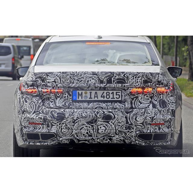 BMWのフラッグシップ・4ドアセダン『7シリーズ』改良プロトタイプをカメラが捉えた。カモフラージュが剥が...