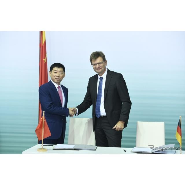 合弁契約を締結した中国の長城汽車とBMWグループの首脳
