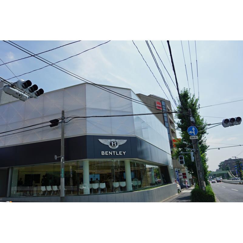 東京都世田谷区にオープンする「ベントレー東京 世田谷ショールーム」。写真左側が目黒通り。