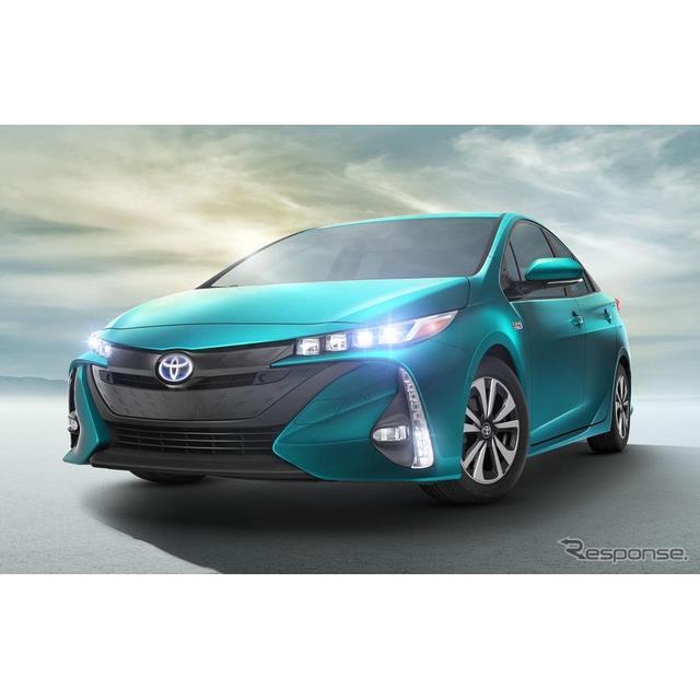 トヨタ自動車の『プリウスPHV』と、GMのプラグインハイブリッド車(PHV)、シボレー『ボルト』。両車の2018...