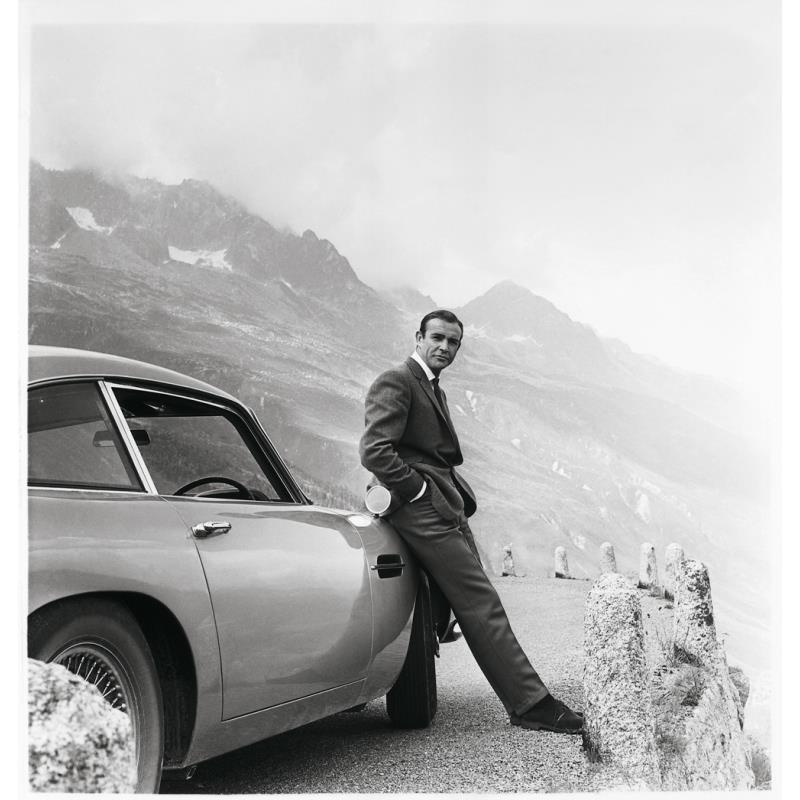 映画『007 ゴールドフィンガー』でジェームズ・ボンド役を演じたショーン・コネリーと「アストン...